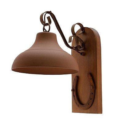 Arandela MadeLustre 426 Estância Rustico Madeira Colonial Metal de Fundição com Ferradura envelecido 34cmx27cm Parede Muro Banheiro Sala