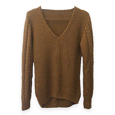 Cozy Classic  Decote V - Blusa em Tricot Trançada em Marrom