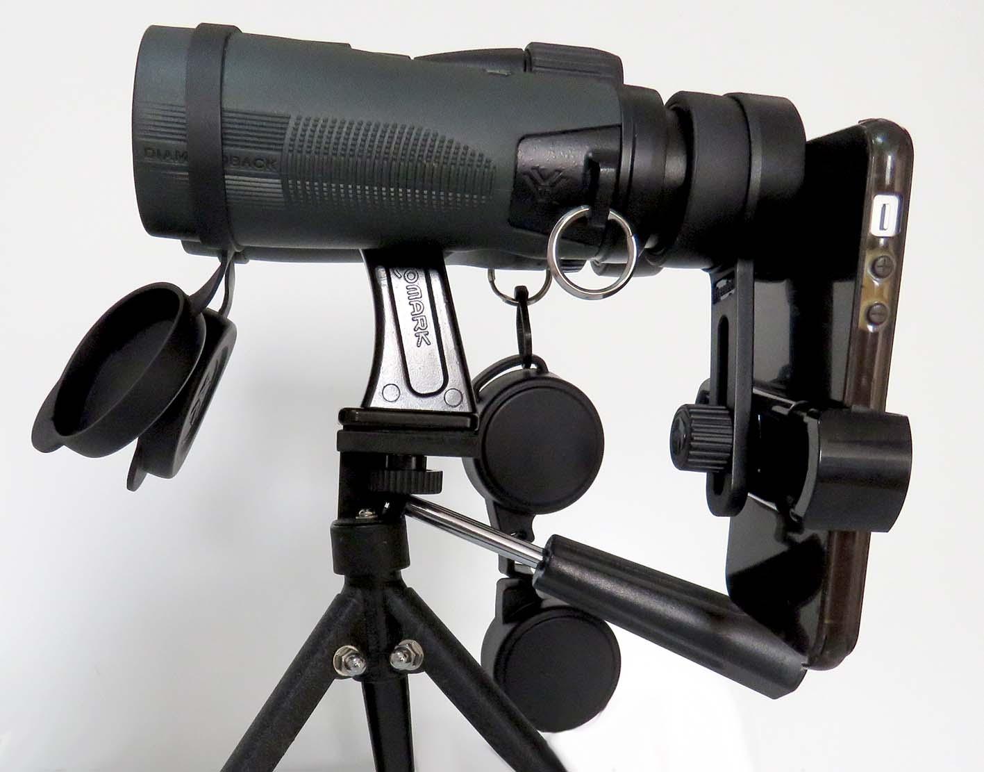 Um kit de adaptadores para celular que permite associar binóculos e tripés, excelente para fotografia criativa. Disponível na Maritaca Store.