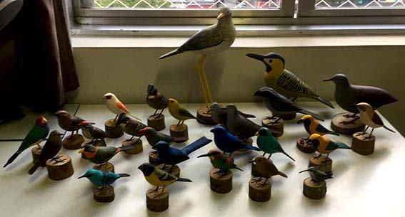 Esculpida em madeira, esta bela reprodução de passarinho encanta a todos pelos detalhes, um presente perfeito para quem gosta de passarinho e natureza. Disponível na Maritaca Store.