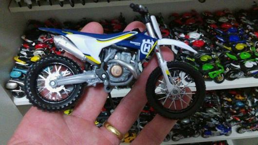 Miniatura de moto Husqvarna FC 450 Maisto escala 1:18