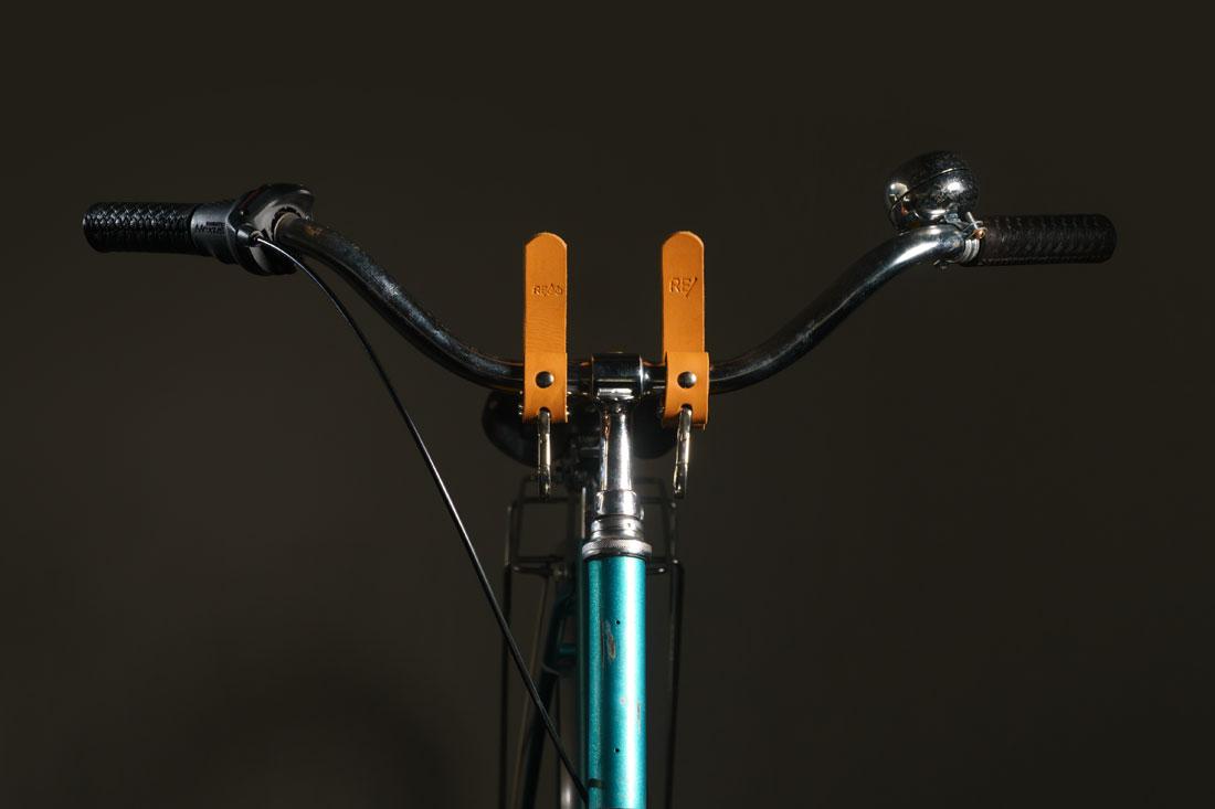 Adaptadores em couro caramelo com engate rápido no guidão da bicicleta