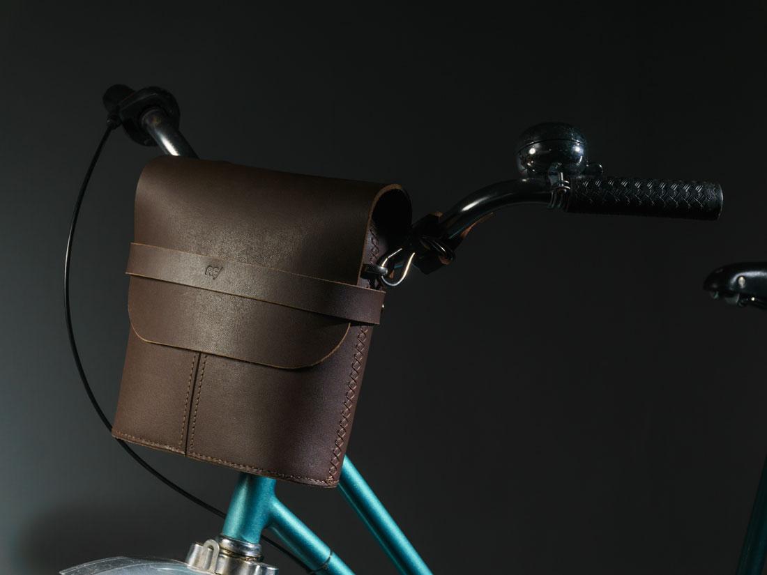 Bolsa Pala marrom café fixada ao guidão da bicicleta com os adaptadores