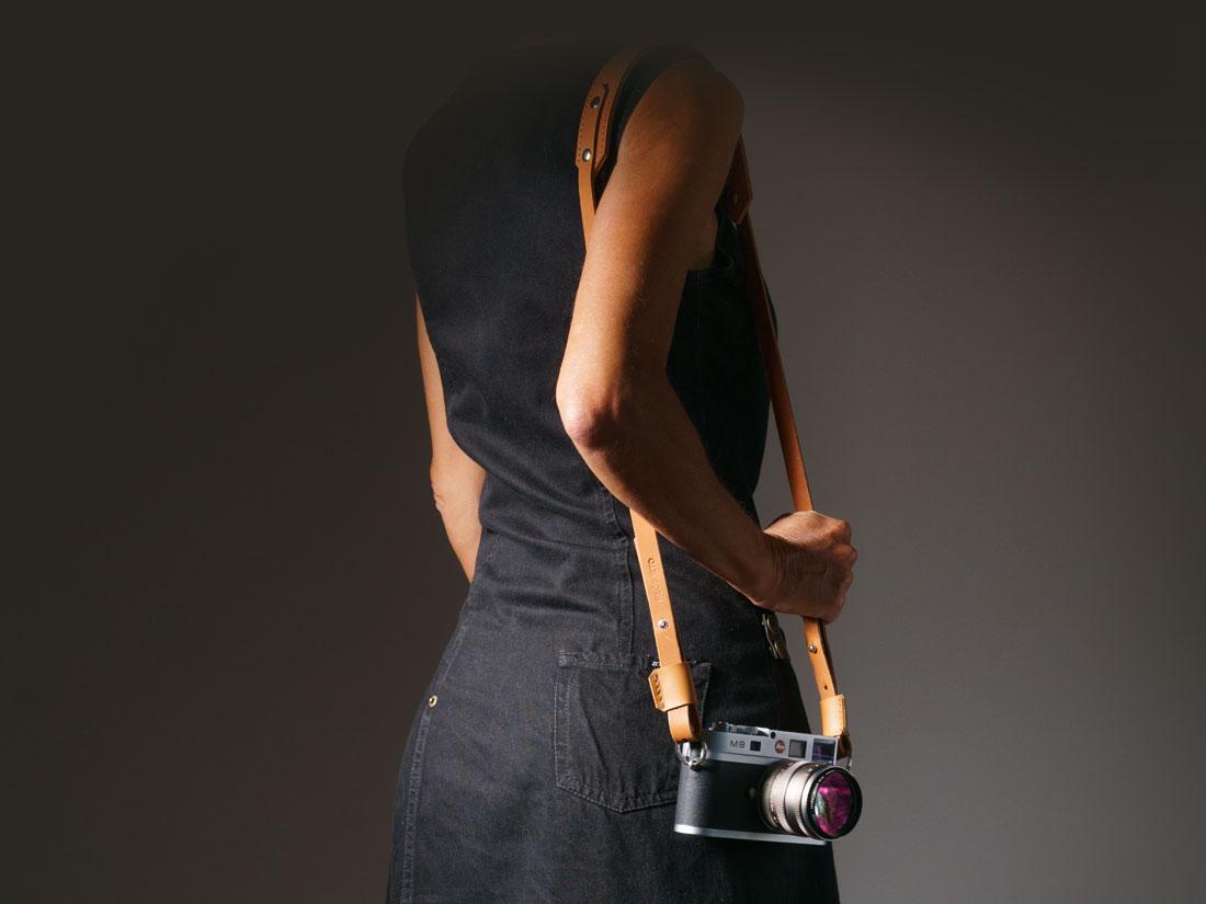 Strap para Câmera Fotográfica em couro Caramelo segurando uma Leica M8.