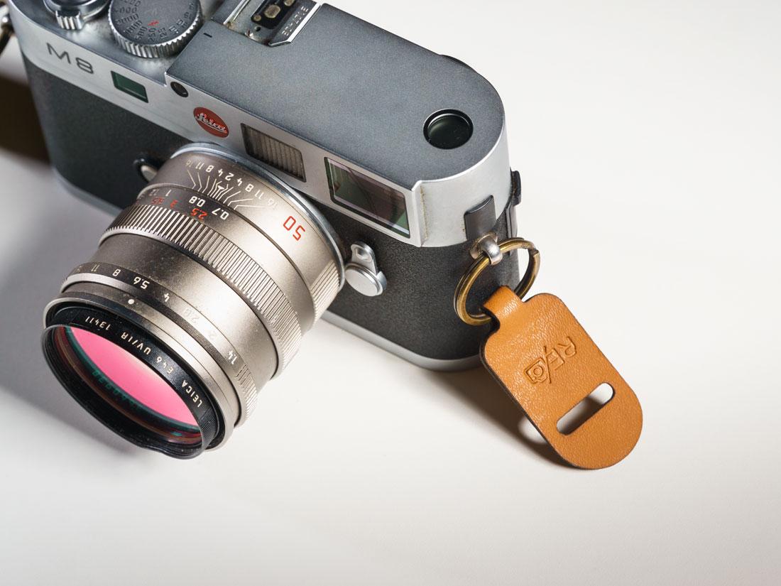 Presilhas da alça de ombro presas em uma câmera Leia M8.