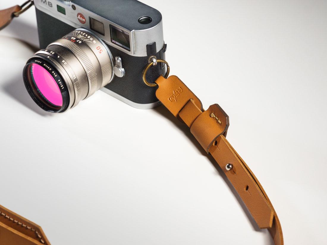 Alça presa a uma câmera Leia M8.