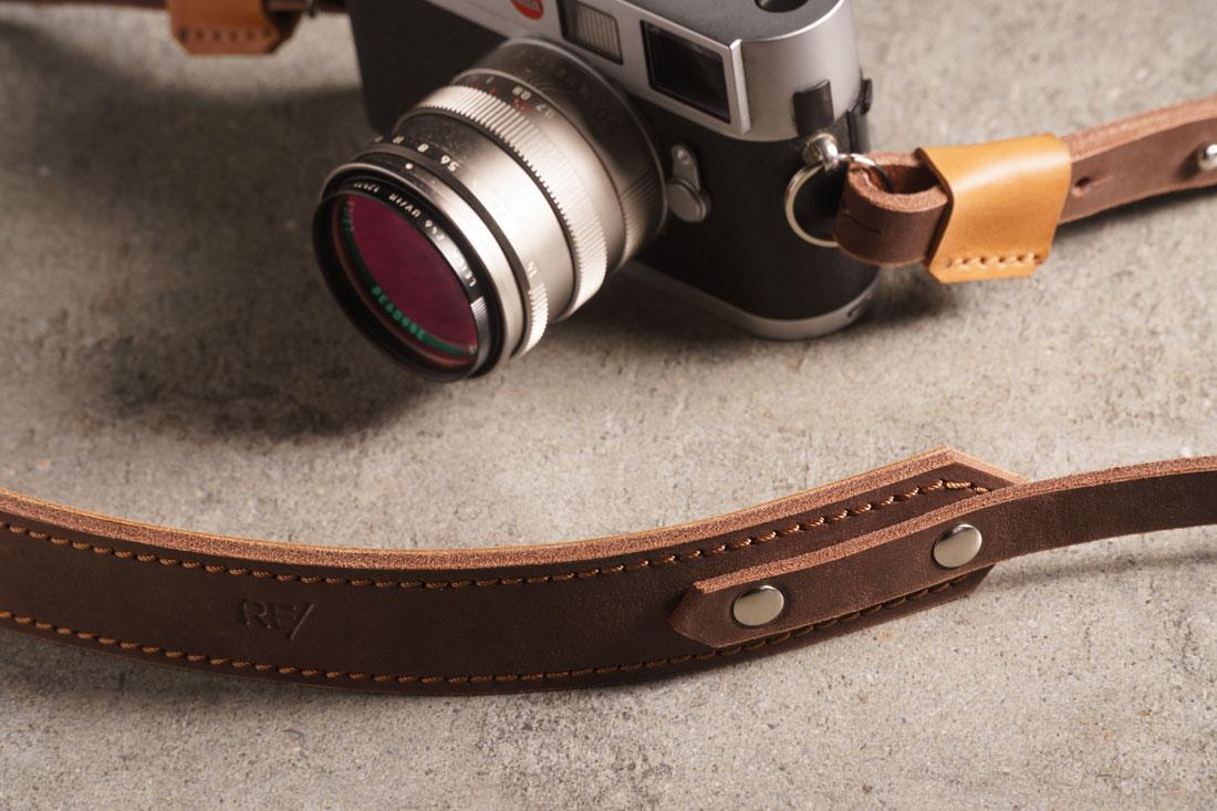 Camera Strap em couro marrom Café com detalhes em Caramelo.