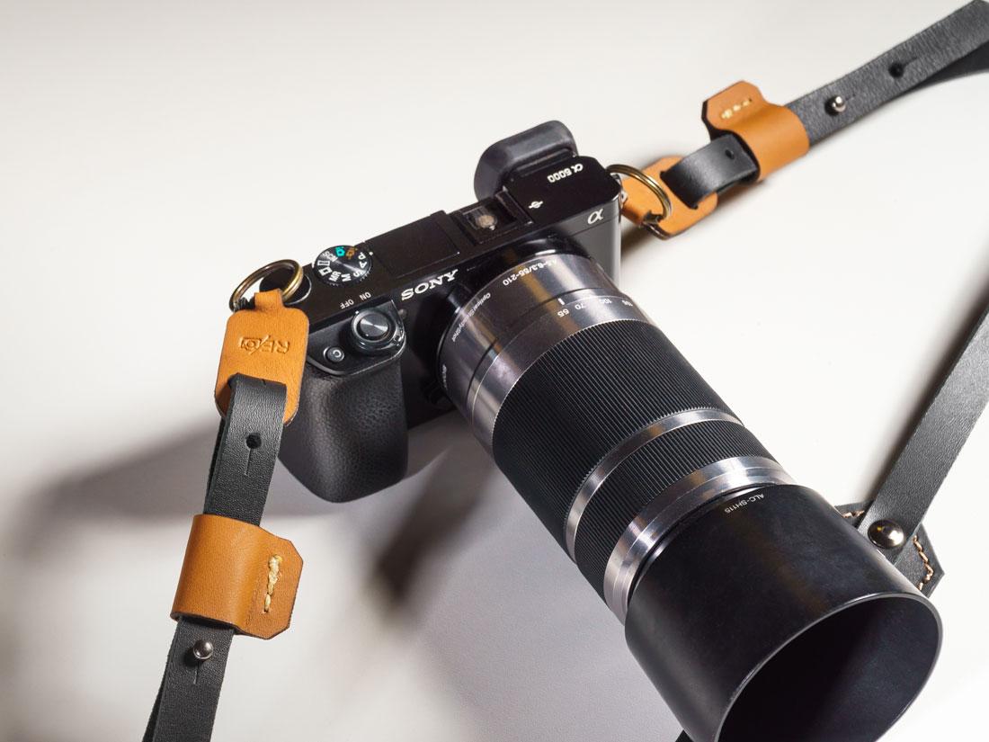 Alça presa a uma câmera mirrorless Sony Alpha A6000.