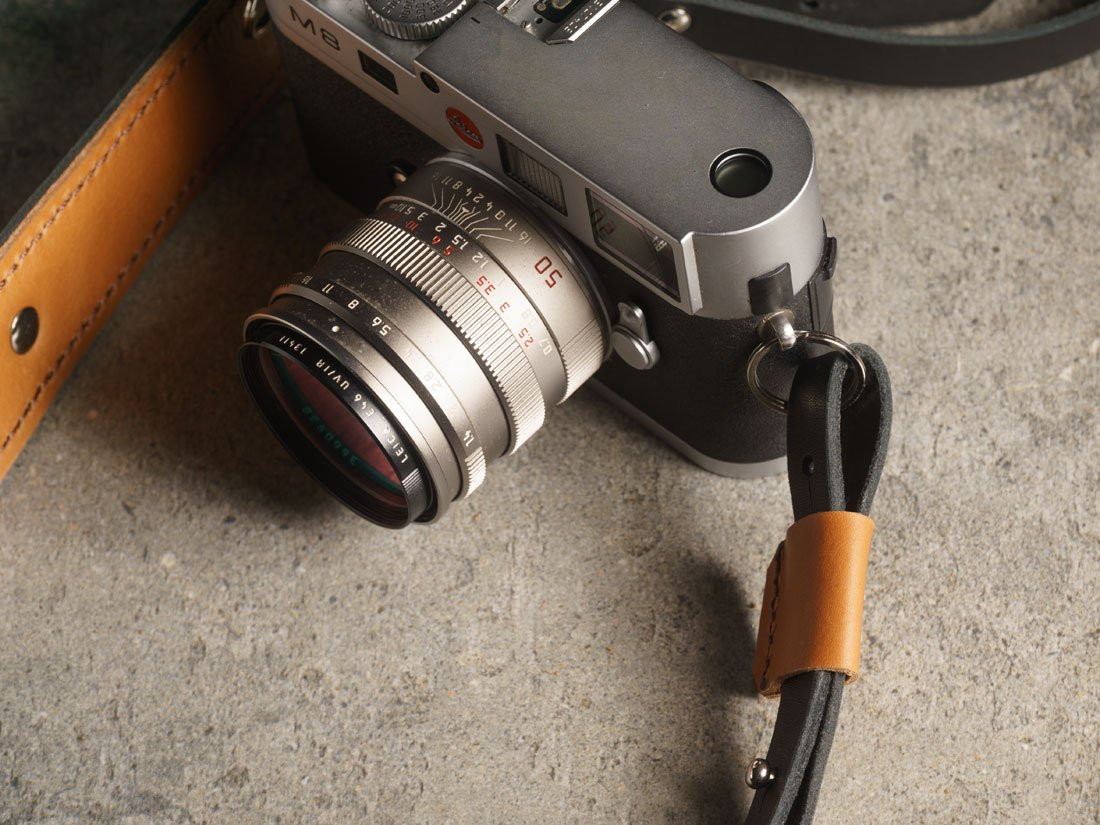 Camera Strap em couro preto com detalhes em Caramelo.