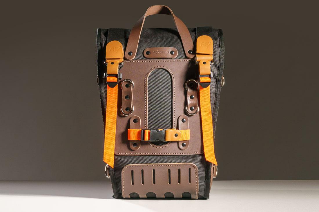 O versátil sistema de fixação se adapta a praticamente todos os tipos de bagageiro e pode ser usado para prender itens diversos por todo o corpo da mochila.