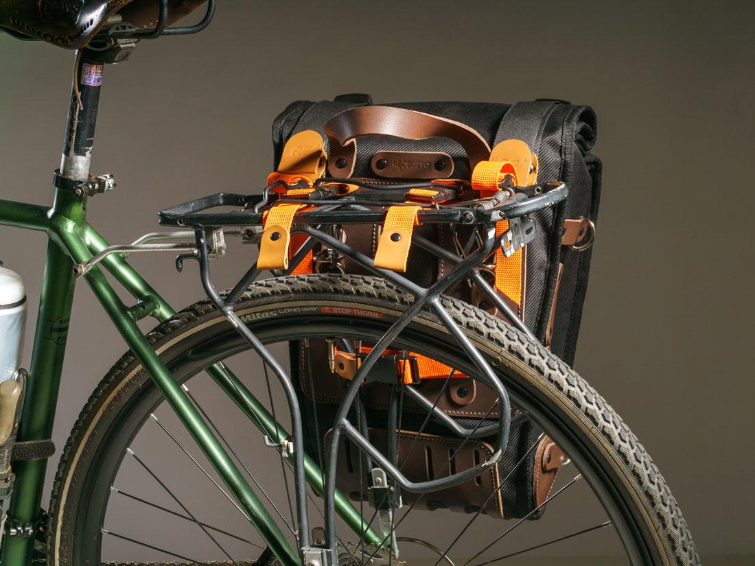 O Alforge Montaria se adapta a praticamente todos os formatos de bagageiro.