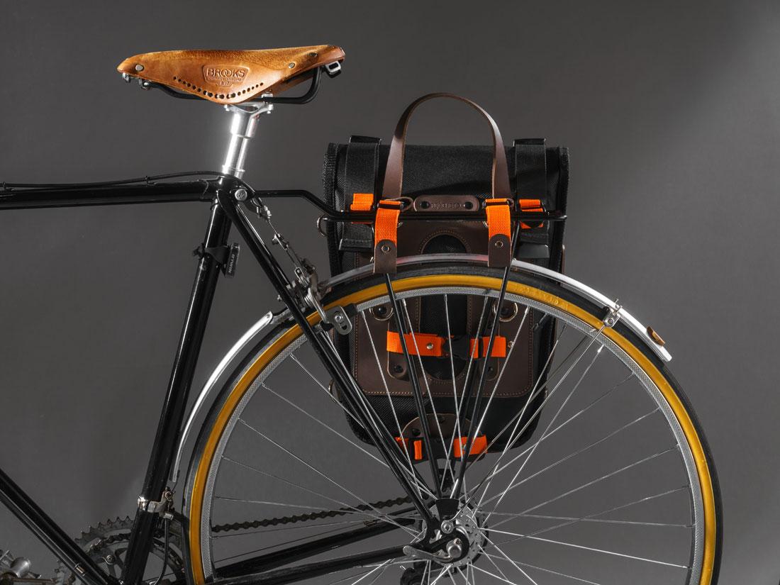 O Alforge e mochila Montaria é feito em couro legítimo e lona impermeável de alta performance. Pode ser fixado a diversos tipos de racks para bikes.