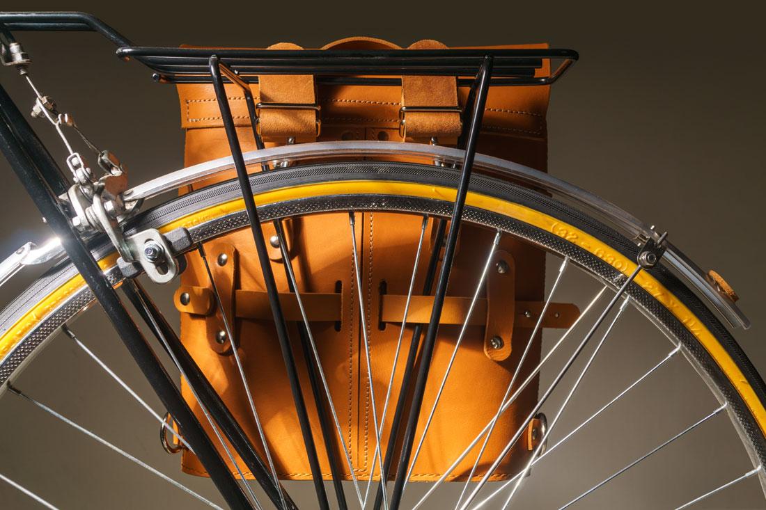 Alforge Pala Caramelo acoplado ao bagageiro de uma bicicleta usando o sistema de engate rápido