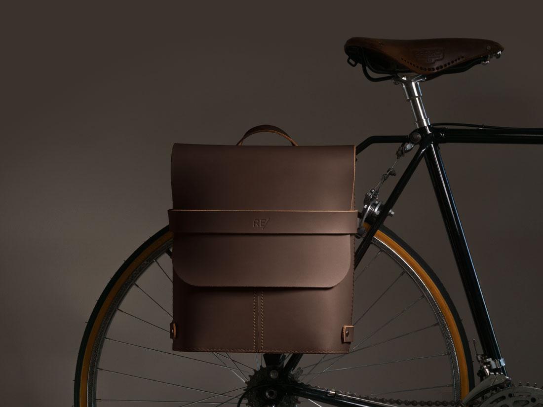 Alforge Pala Marrom Café no bagageiro da bicicleta