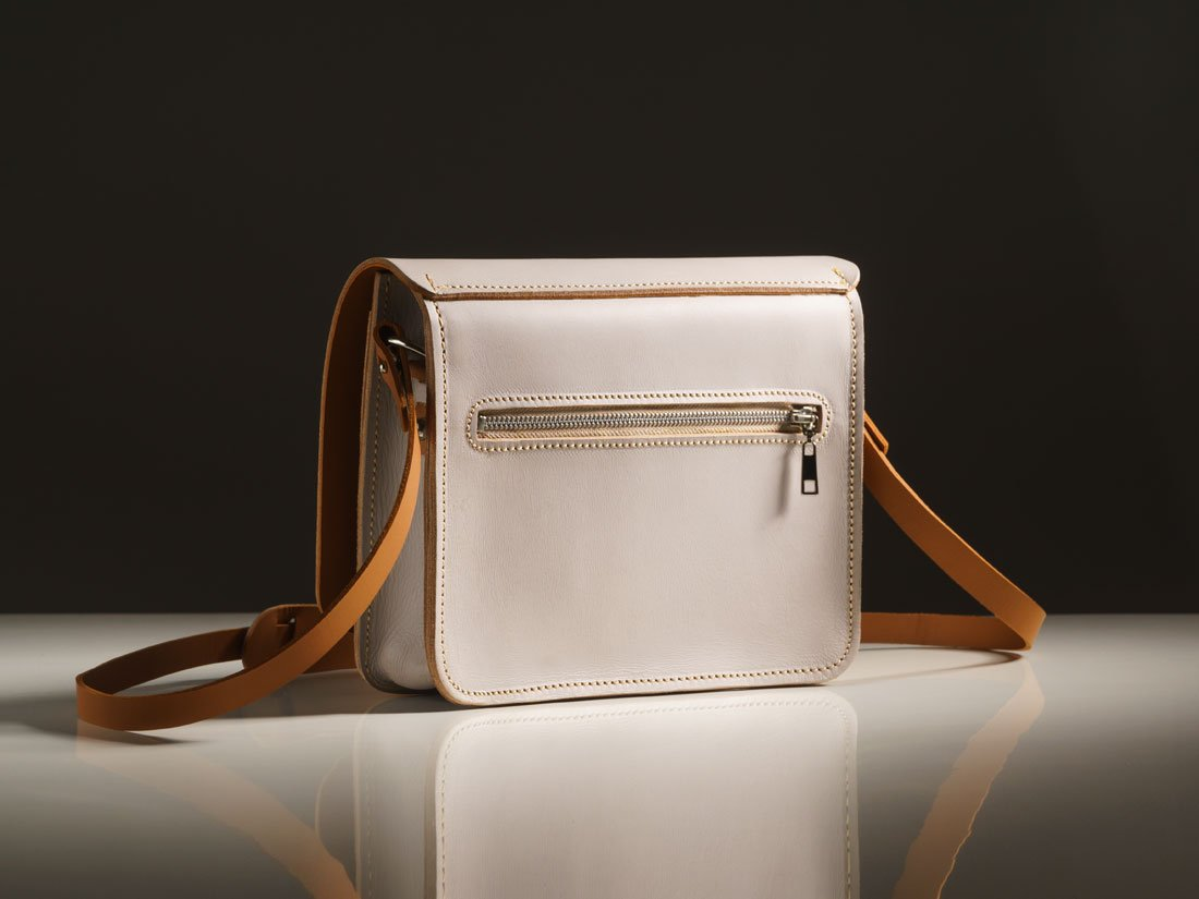Bolso interno frontal + bolso interno traseiro com acesso externo por zíper, sem a necessidade de abrir a bolsa.