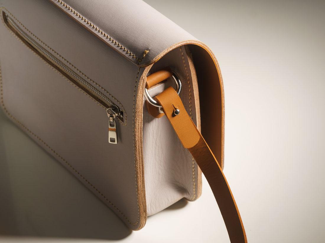 Detalhes da bolsa Alma em branco e caramelo.