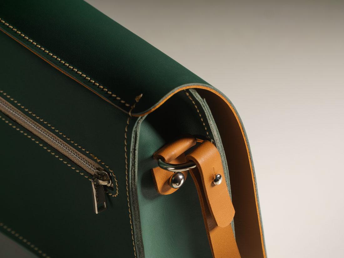 Detalhes da bolsa Alma em verde e caramelo.