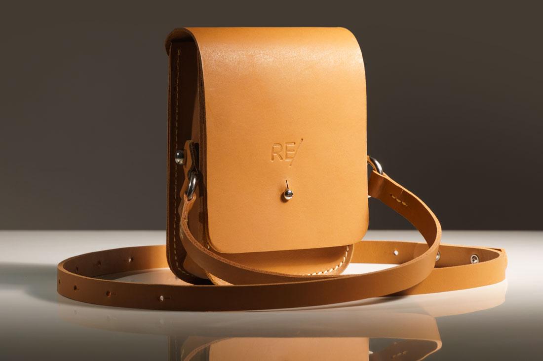 Bolsa Cube caramelo com alça em couro.