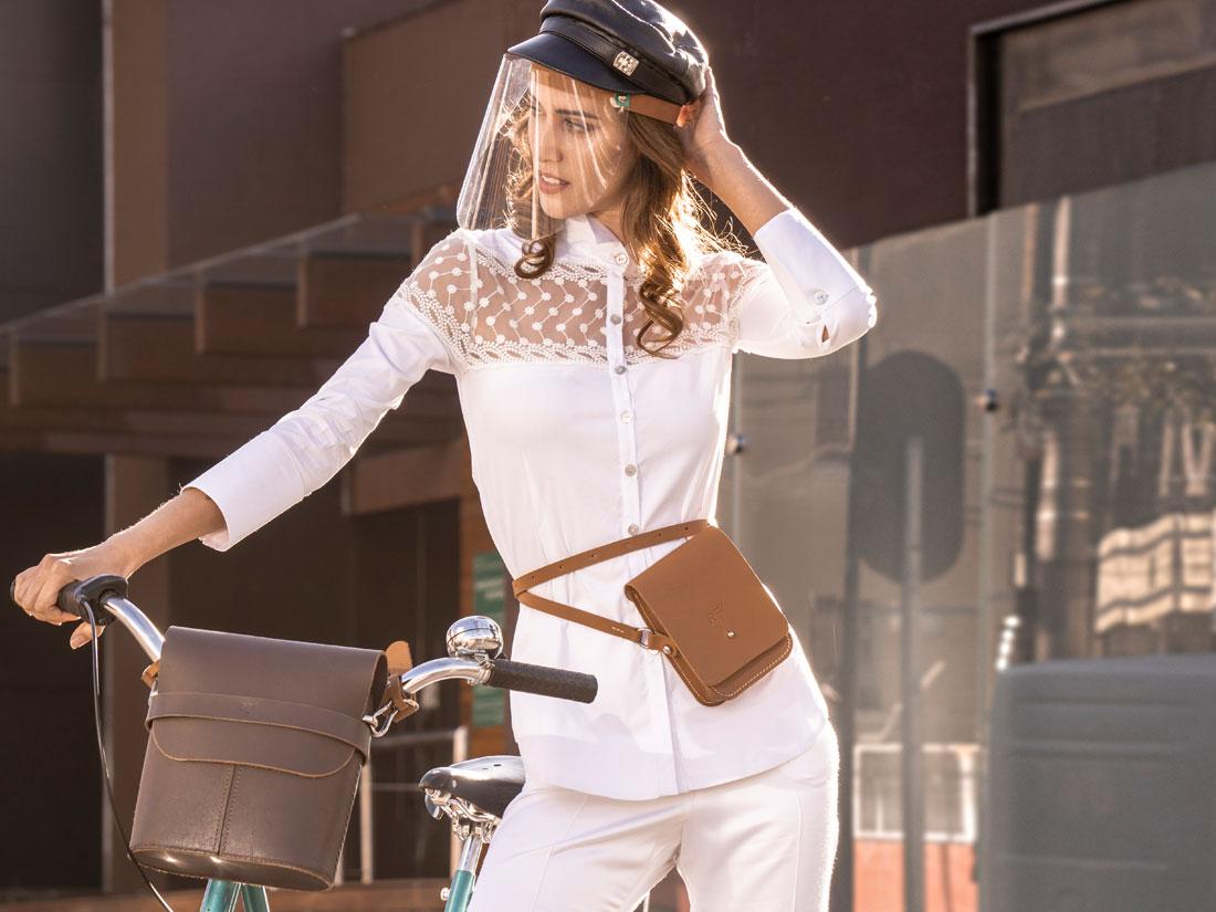 Bolsa Cube em couro caramelo usada na cintura como pochete para ciclismo.