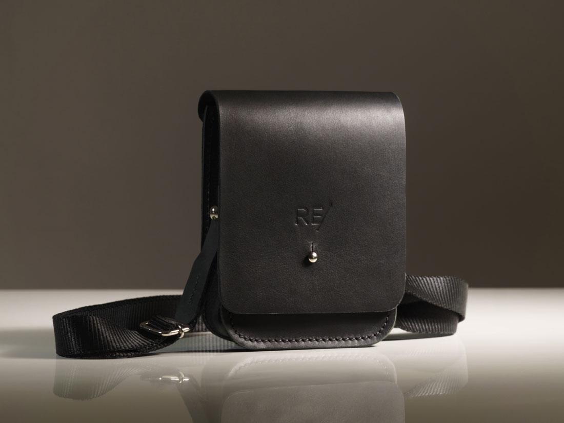 A Cube é uma micro bolsa perfeita para carregar celular, chaves, carteira e itens pequenos do dia a dia.