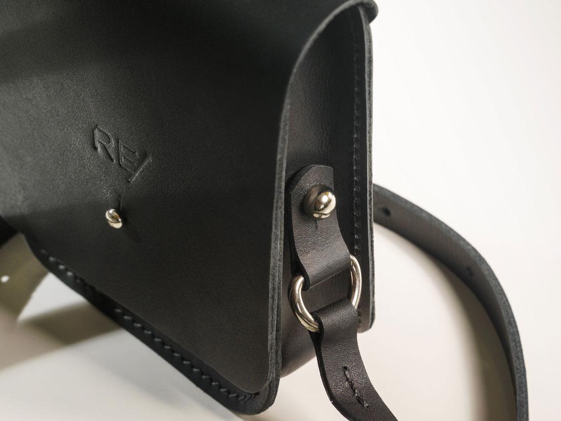 Cube Smartbag com alça de ombro em couro.