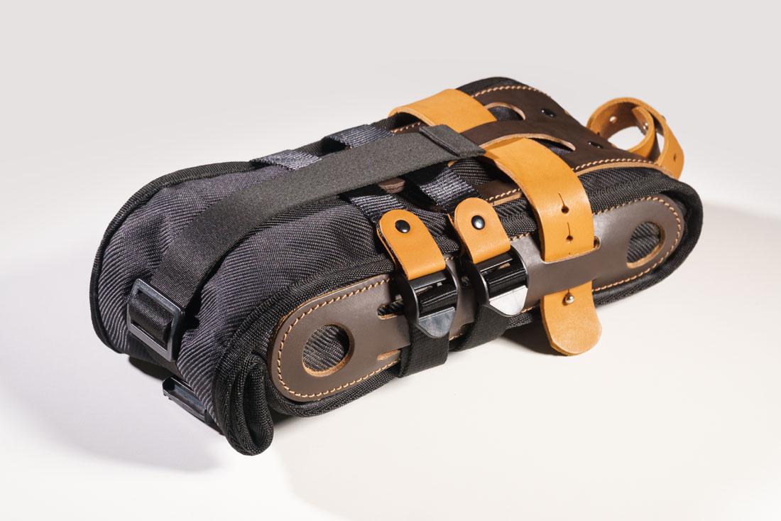 Bolsa Virola para bancos de bicicleta, feita em couro legítimo, lona sintética impermeável e forro em tecido de nylon.