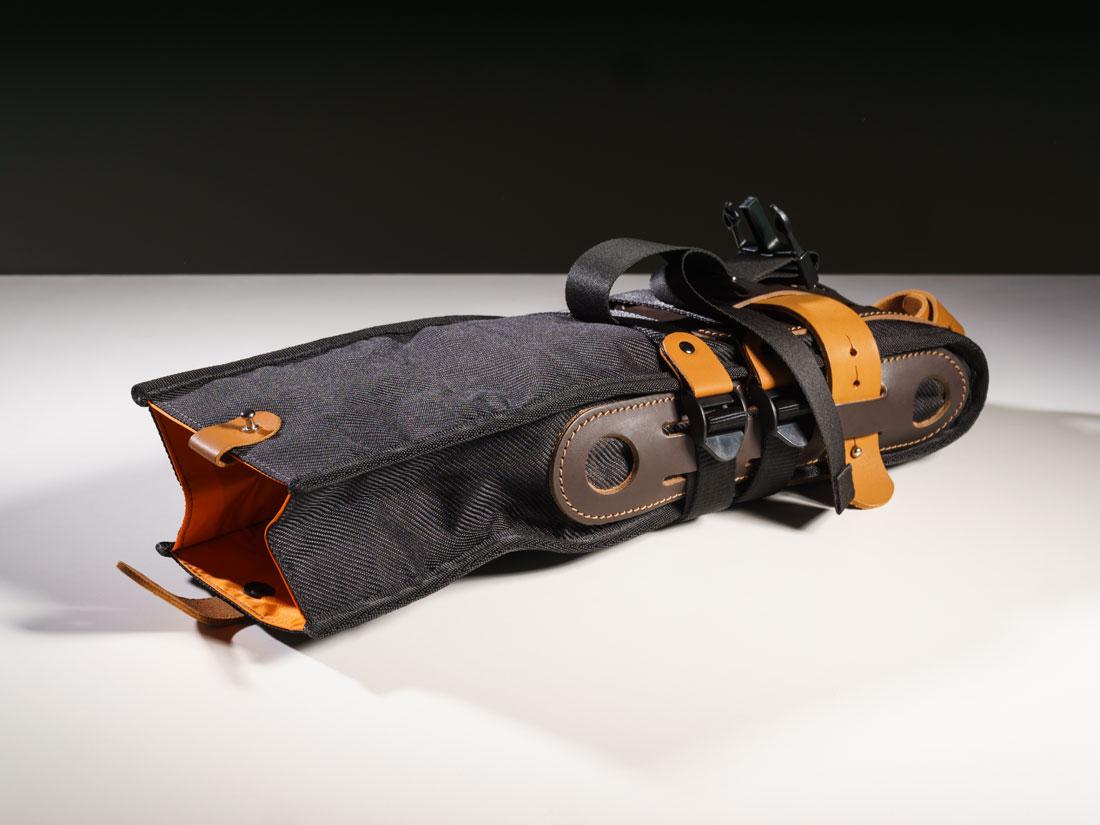 A bolsa de selim Virola pode se abrir para acomodar itens maiores.