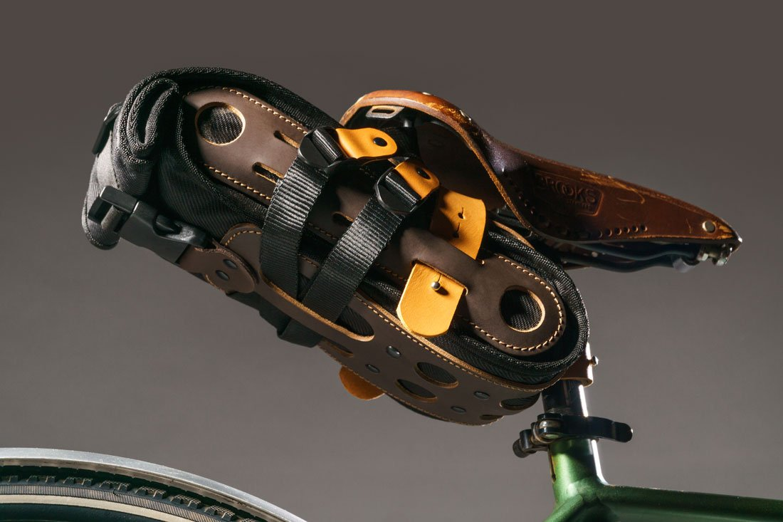 Bolsa Virola montada em um selim Brooks em uma bike gravel.