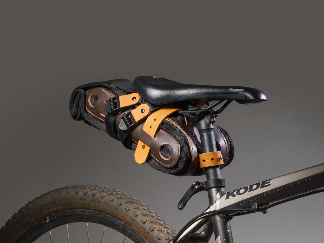 Bolsa Virola presa ao selim de uma mountain bike.