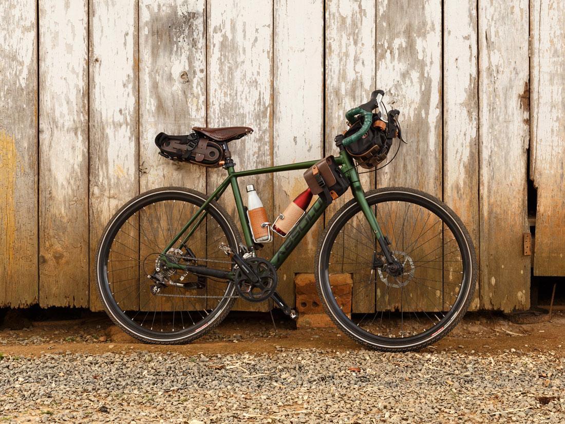 Bolsa Virola presa ao banco de uma bicicleta gravel, junto com uma bolsa de quadro Galope e uma bolsa de guidão Malacara.