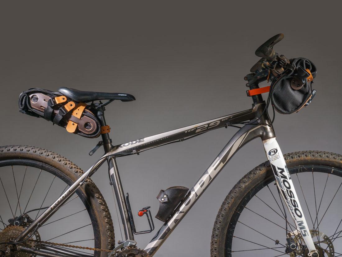 Bolsa de selim Virola e bolsa de guidon Malacara fixadas a uma mountain-bike.
