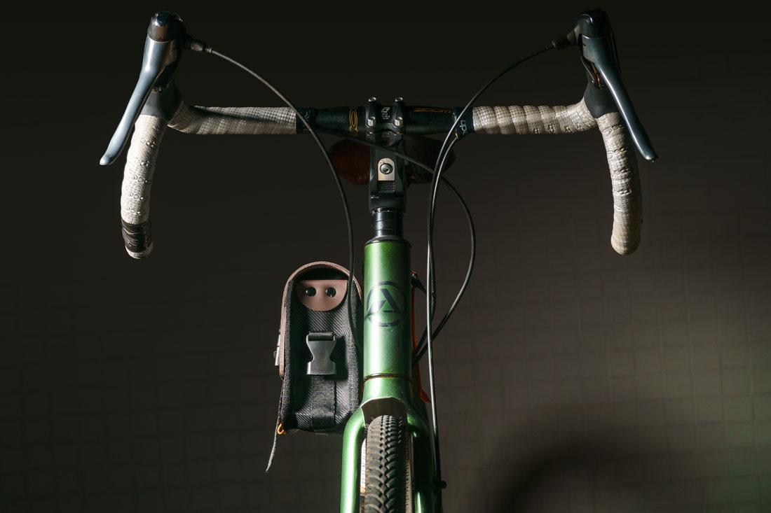 A Bolsa Galope pode ser facilmente presa ao quadro da bicicleta.