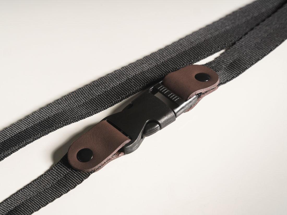 A Bolsa Galope possui uma alça de ombro destacável e ajustável, que pode ser usada separadamente da bolsa para prender objetos à bicicleta.