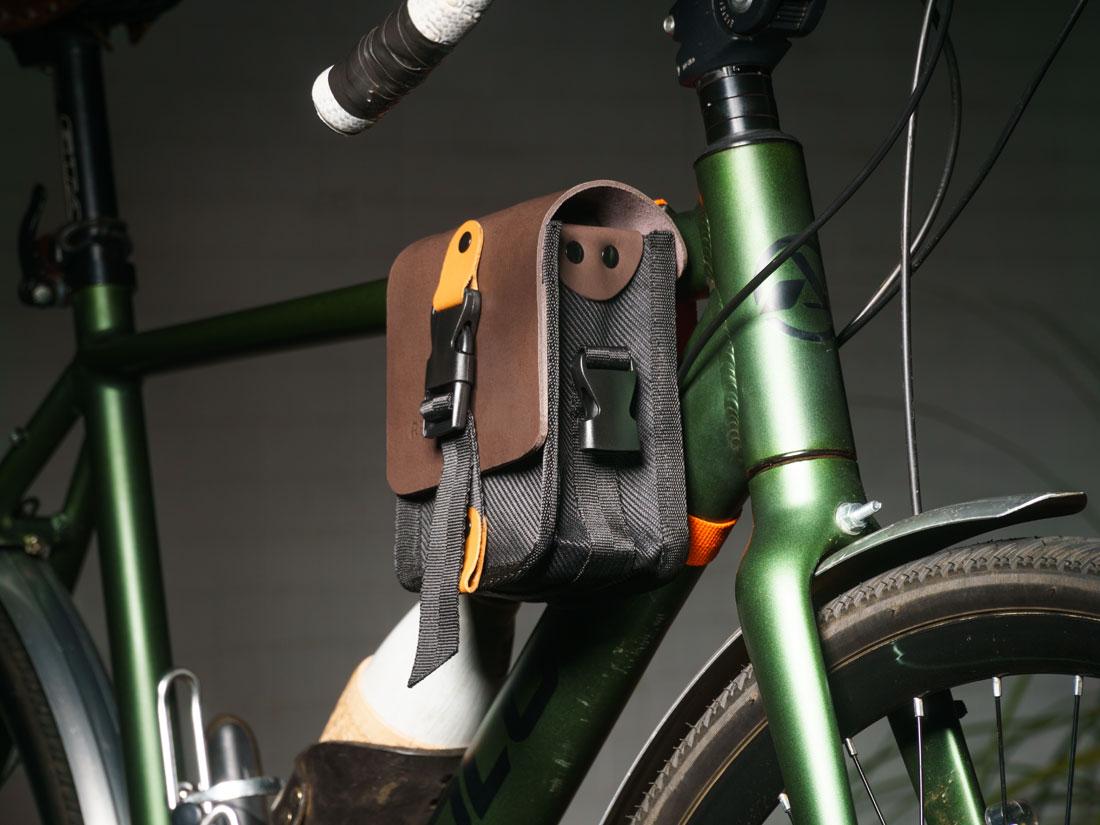 Bolsa Galope presa ao quadro de uma bike gravel.