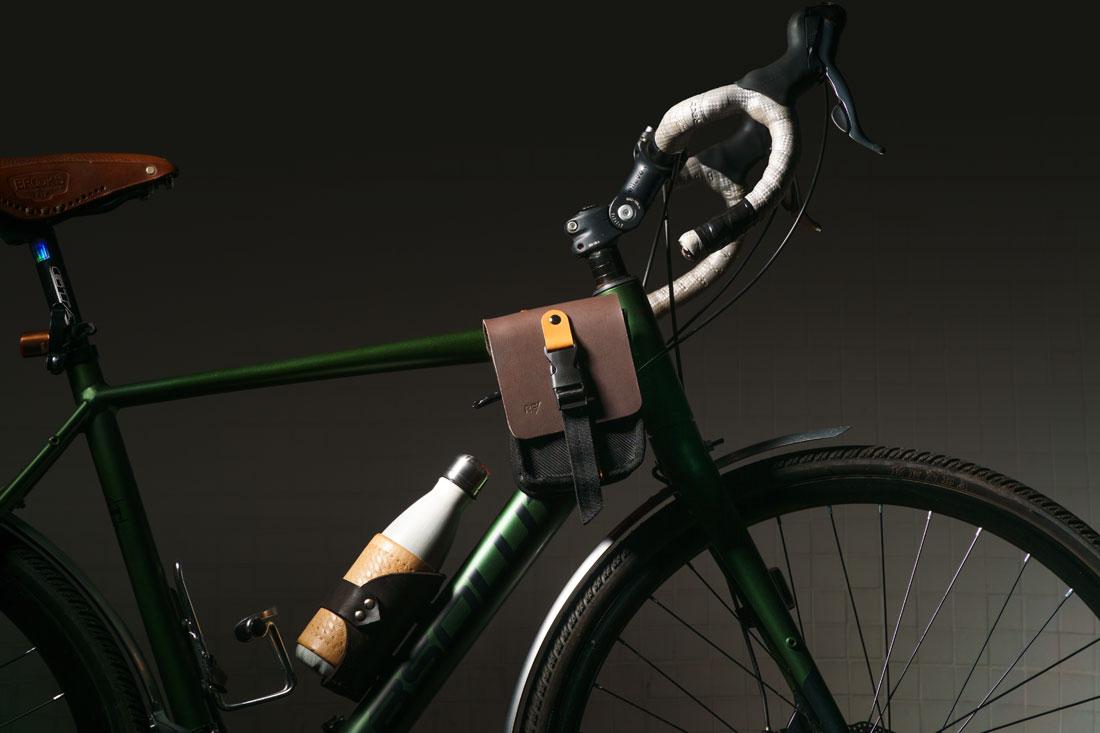 Bolsa Galope acoplada ao quadro de uma bicicleta gravel.