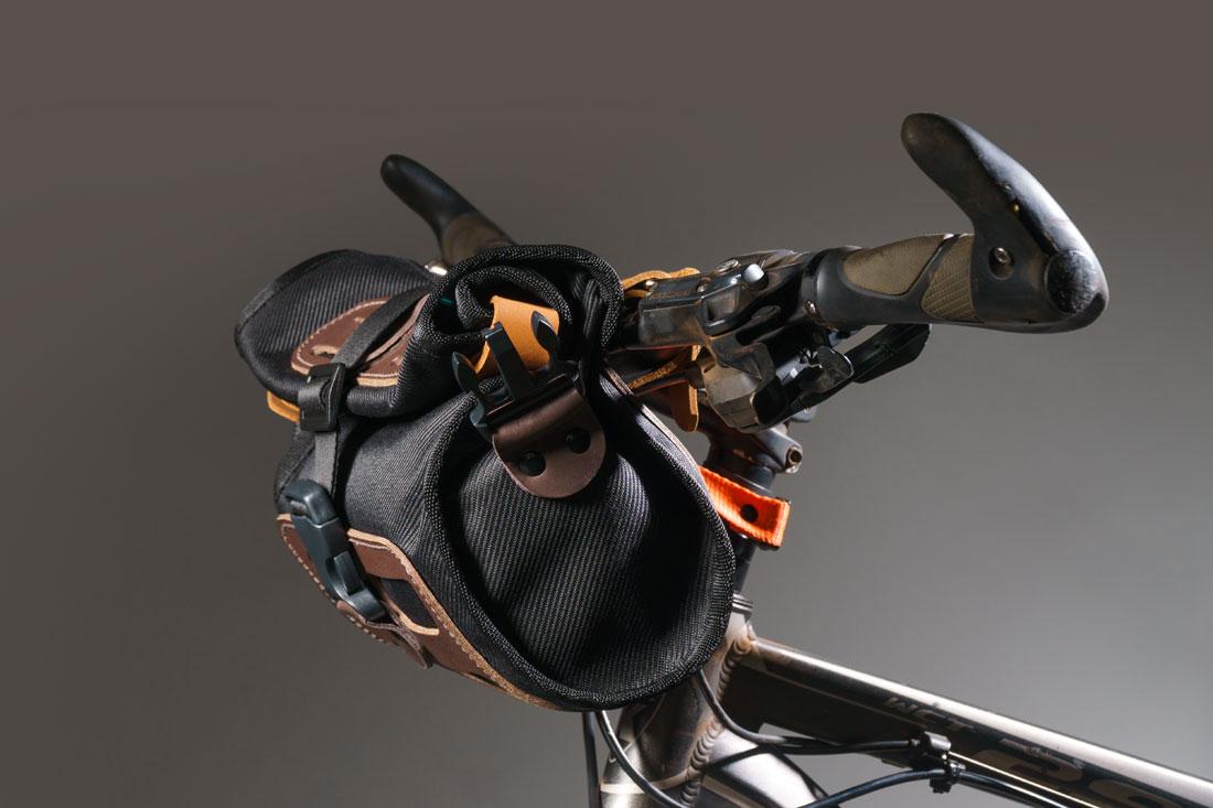Bolsa Malacara no guidão de uma mountain bike preparada para trilhas e cicloturismo.