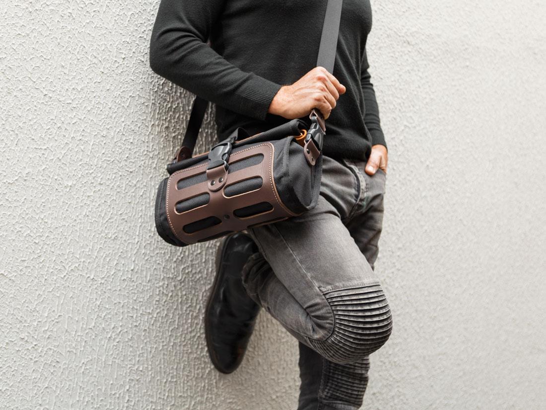 A Bolsa Malacara pode ser usada como uma messenger a tiracolo acoplando a alça de ombro de comprimento ajustável.