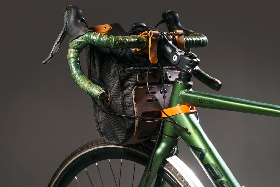 O versátil sistema de fixação permite que a bolsa se expanda para acomodar mais itens quando necessário.