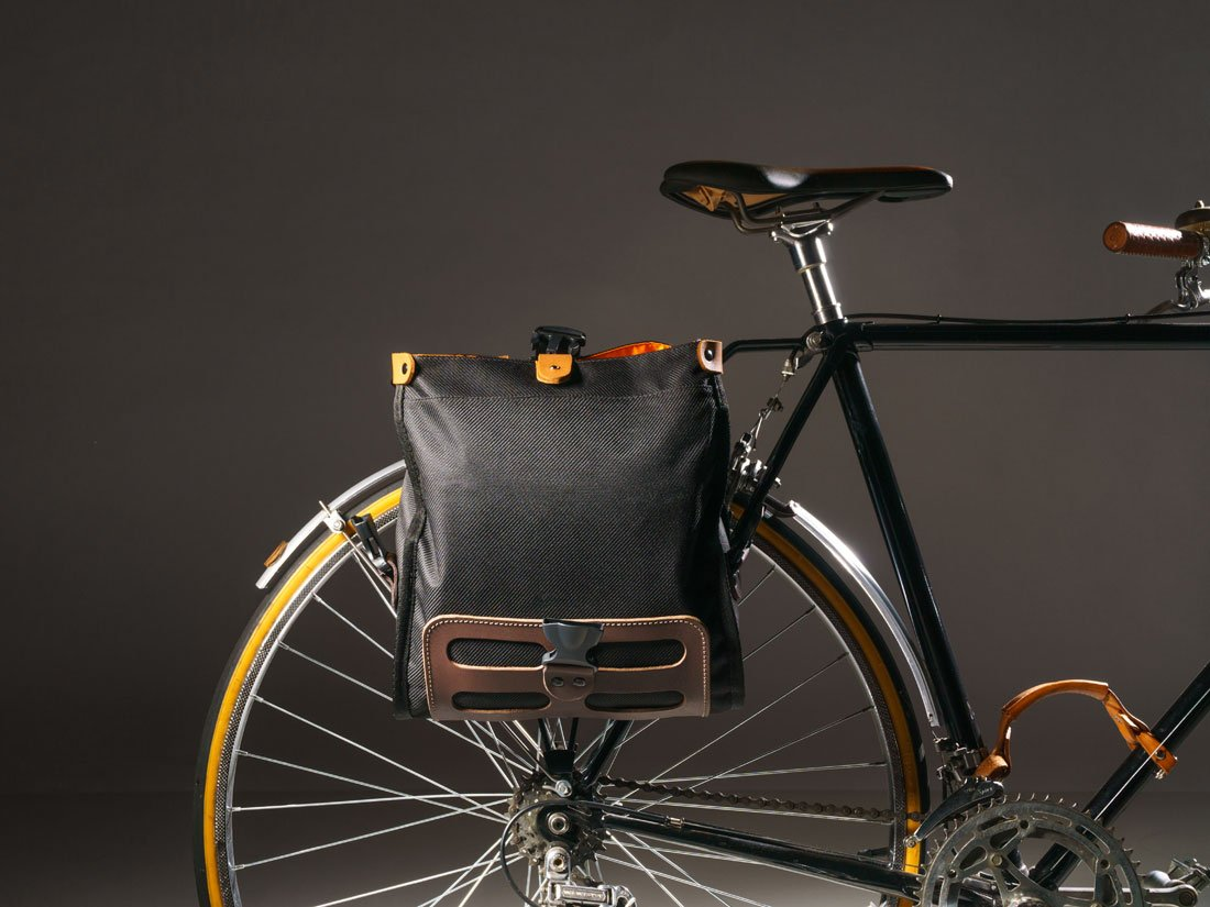 A Bolsa Malacara pode ser fixada de diversas maneiras na bicicleta, seja no guidón, no quadro ou até no bagageiro como um prático alforge.