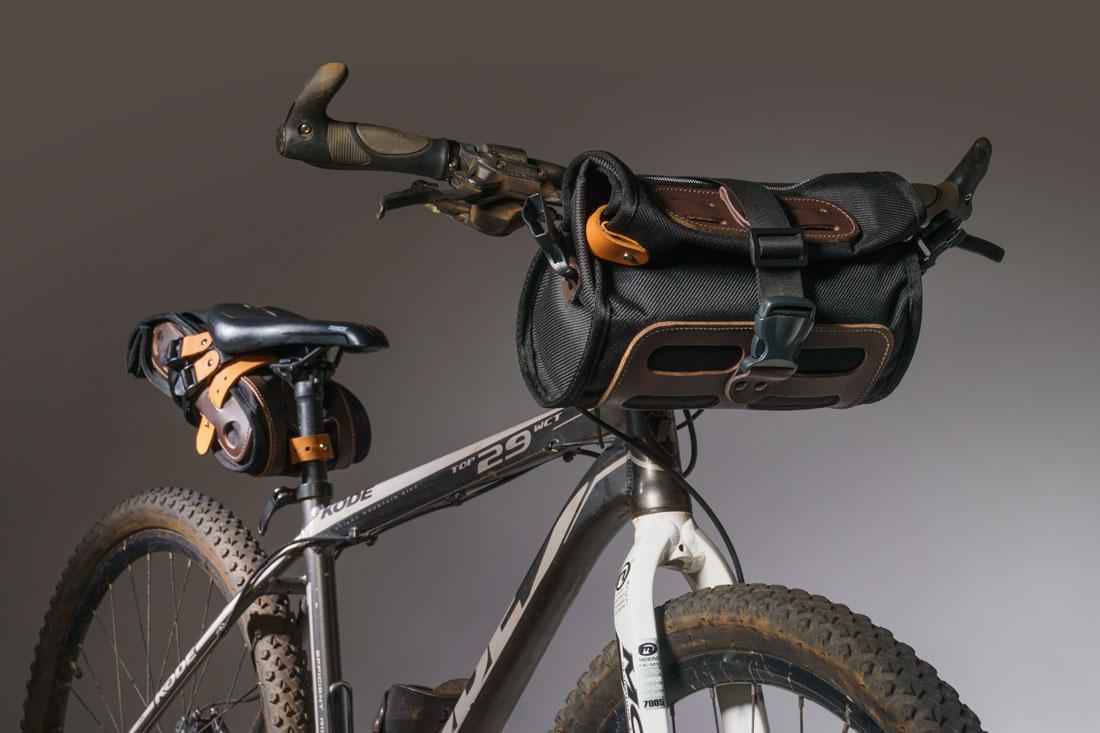 Bolsa Malacara usada no guidão de uma mountain bike em conjunto com a bolsa de selim Virola. Além da MTB, também pode ser usada em bikes gravel, speed ou clássicas.