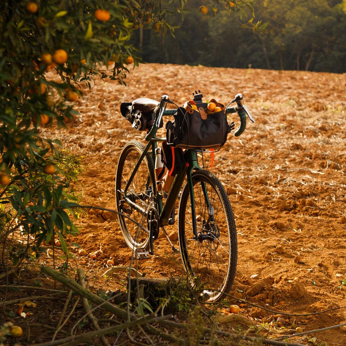Bolsa Malacara usada no guidão em seu modo aberto. A bike gravel da imagem também usa uma bolsa Galope no quadro e uma bolsa de selim Virola.