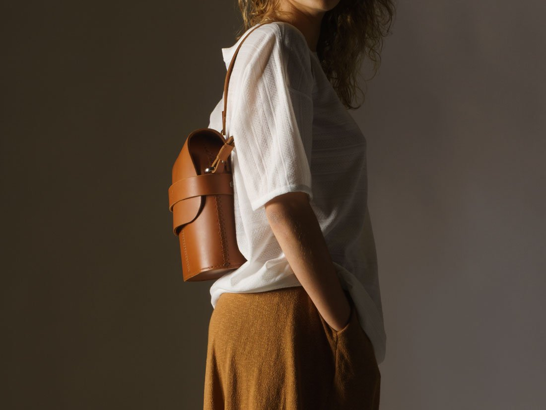 Bolsa Pala Caramelo nas costas como mochila