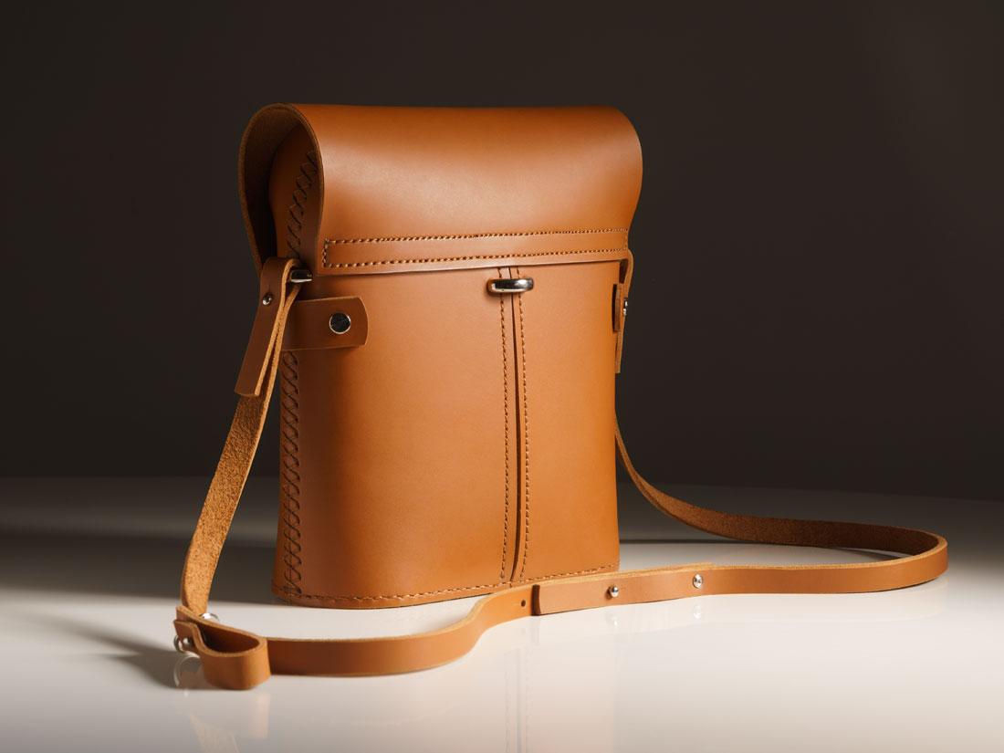 Bolsa Pala Caramelo e seu conjunto de alças reconfiguráveis