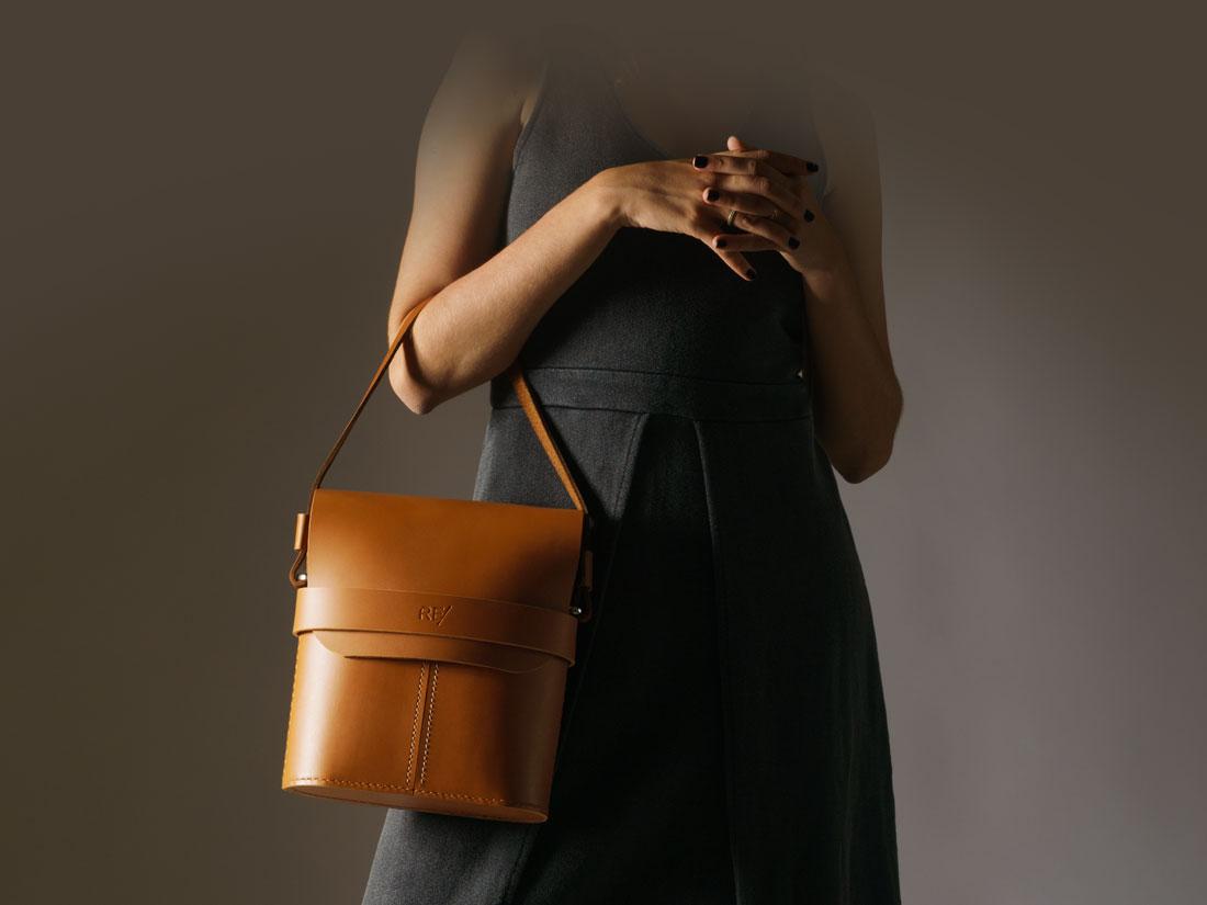 Bolsa Pala Caramelo usada como bolsa de mão feminina