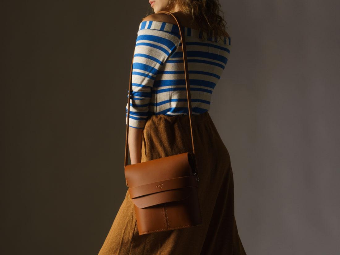 Bolsa Pala Caramelo usada como bolsa de ombro (shoulder bag)