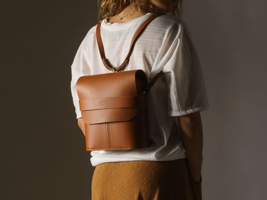 Bolsa Pala Caramelo usada como mochila