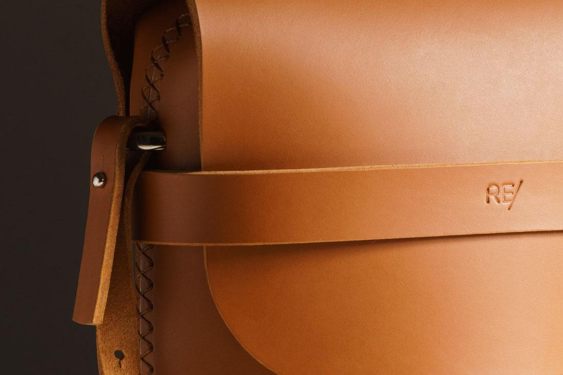 Detalhe da Bolsa Pala Caramelo costurada à mão