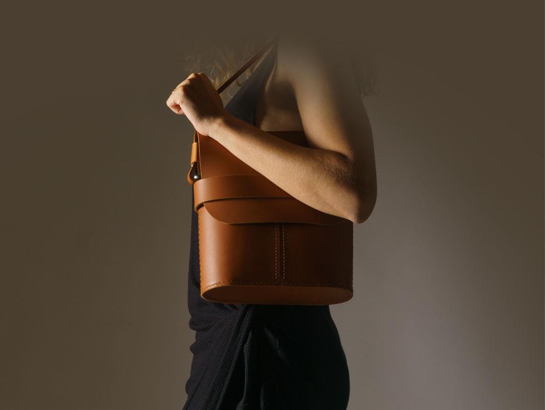 Bolsa Pala Caramelo no ombro