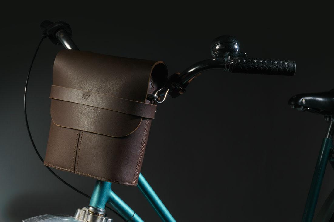 Bolsa Pala marrom café presa no guidão usando os Adaptadores para Bicicleta com engate rápido