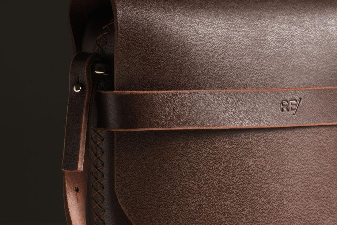 Detalhe da Bolsa Pala marrom Café costurada à mão